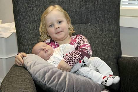 """Isosisko Nella, 4, on jo auttanut """"Eino-vauvan"""" hoidossa. Mäkisen perheen kuopus otti varaslähdön ja syntyi valtatien varteen vanhempien matkatessa Jyväskylän synnytysosastolle."""