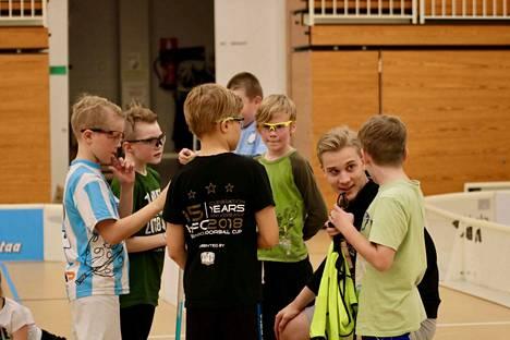 Leirinjohtaja Konsta Taanila ohjeistaa lapsia SC Urbansin syysleirillä.