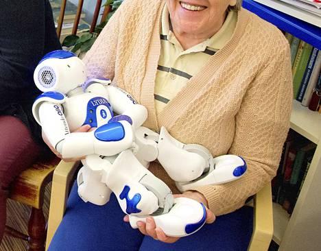 Robotit ovat tulleet myös vanhustyöhön, mutta sellaisiako ikäihmiset kaipaavat oikeiden auttavien käsien sijaan?  THL:n kysely tuotti samalla viikolla mairittelevampia tuloksia yksityisistä vanhustyön yksiköistä kuin Superin kysely.