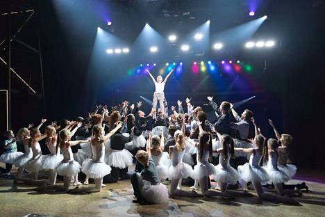 Tampereen Työväen Teatterin Billy Elliot on isojen näyttämökuvien ja komeiden joukkokohtausten musikaali. Tässä kuvassa tanssijapoika Billy Elliot (Simo Riihelä) kurkottaa korkeuksiin.