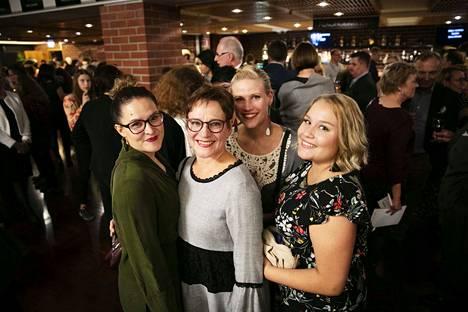 Teija Auvinen (kesk.) oli saapunut ensi-iltaan tyttäriensä Juulianna Mäkelän (vas.) ja Amelia Auvisen (oik.) sekä miniänsä Heidi Auvisen kanssa.