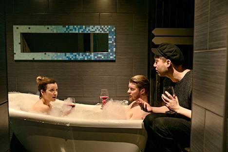 Eevi (Elena Leeve) yrittää kylpeä miehensä kanssa, mutta hän joutuu kuuntelemaan näyttelijäveljensä Janin (Jarkko Niemi) maailmantuskaa.