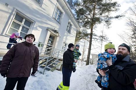 Sorilan päiväkodin lasten vanhemmat vastustivat vuonna 2013 viereen suunniteltua Elisan mastoa, jonka arveltiin aiheuttavan säteilyä. Päiväkoti aiotaan nyt lakkauttaa ja rakennus myydä.