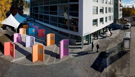 Kaarina Kaikkosen Oppia ikä kaikki on värikäs ja ajatuksia herättävä teos kansanviisauksista. Suuria betonikirjoja on kaikkiaan 12.