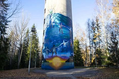 Sinisävyinen muraali on 14 metriä korkea ja kuusi metriä leveä.