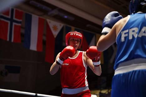 Mira Potkonen (vas.) nappasi voiton kotiyleisönsä edessä kaksinkertaista Ranskan mestaria Amina Zidania vastaan.