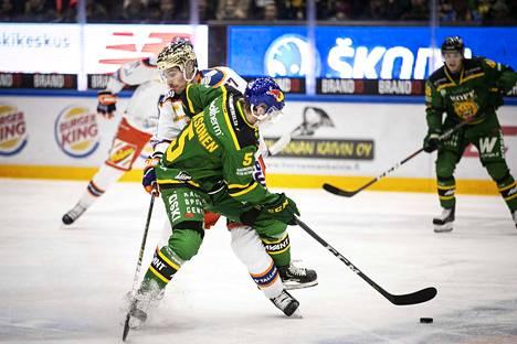 Ilves-pakki Oskari Laaksonen joutui jättämään pelin kesken.