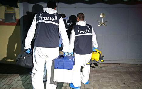 Turkin poliisin rikostutkijat saapuivat Saudi-Arabian konsulaattiin 17. lokakuuta Istanbulissa Turkissa.