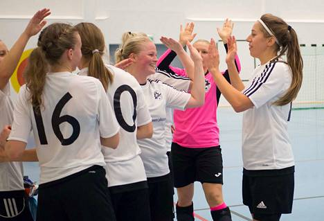 Kampuksen Dynamon kaadon jälkeen ACE:n voitokkaasta vierailusta iloitsivat muiden muassa Oona Jaatinen (16) sekä yläviitosia heittäneet Maria Tetri, maalivahti Tiia Ropanen ja Suvi-Marja Hytönen (oik.).