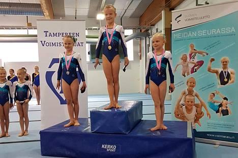 Tampereen Voimistelijoiden taiturit Neela Niilivuo (kulta), Viivi Harolin (hopea) ja Nelli Pelttari (pronssi) nousivat kauden avauskisassa C-luokan nuorempien kärkikolmikoksi.