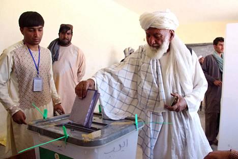 Afganistanilaismies jätti äänestyslippunsa äänestyspaikalle Helmnadissa Afganistanissa lauantaina.