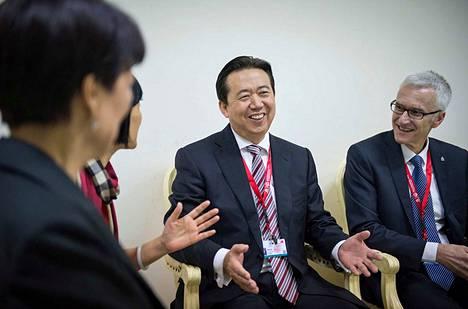 Interpol on jakanut tämän arkistokuvan johtajastaan Meng Hongweista (keskellä), joka katosi Kiinassa syyskuun lopussa.