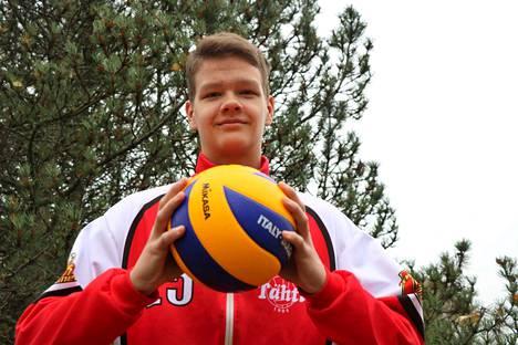 Eetu Ahonen pelasi kuluneella viikolla ensimmäisen kerran lentopalloa maajoukkuepaita päällään.