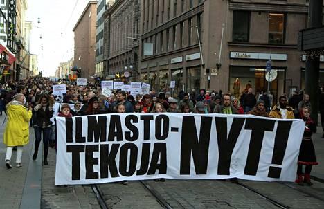 Noin 8000 ihmistä osallistui Ilmastomarssille lauantaina Helsingissä.