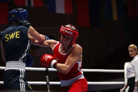 Mira Potkonen nyrkkeilee Ruotsin Stephanie Thouria vastaan.