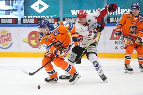 Valtteri Kemiläinen suojeli kiekkoa Sportin Miro Lehtimäkeä vastaan.