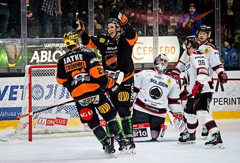 Anrei Hakulinen on juuri iskenyt 2–0-maalin Ässien puolustuksen ja Andreas Bernardin nenän edestä.