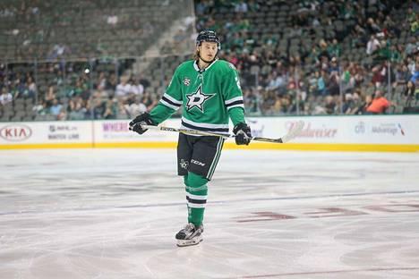 Roope Hintz pelasi perjantaina Dallas Starsin ykkösketjussa ottelussa Minnesota Wildia vastaan. Lauantaina Stars tiedotti lähettäneensä suomalaishyökkääjän farmisarja AHL:ään.