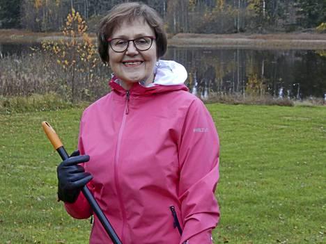 """Kotipihan syyskunnostukset ovat kohta ohi. 70 vuotta 28.10. täyttävä Liisa Ruusila viettää merkkipäiväänsä puolisonsa kanssa kävelyretkellä """"vähän lämpoisemmässä ilmanalassa""""."""
