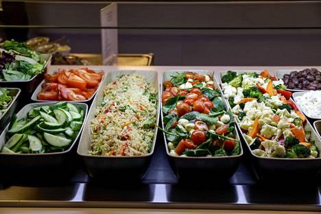 Salaattipöydän antimet ovat saaneet kiitosta tuoreudesta.
