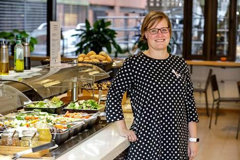 Jaana Nieminen on iloinen siitä Takaovi-lounasravintolaa saa nyt mainostaa. –Pystymme palvelemaan isompaa asiakasjoukkoa. Uusi linjasto saatiin keväällä.