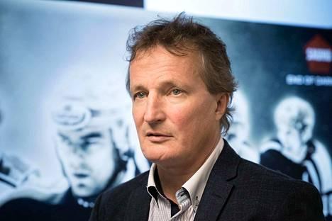 Ilveksen toimitusjohtaja Risto Jalo pyysi kiekkokatsojilta myönteisen tunnelman luomista ja tukea.