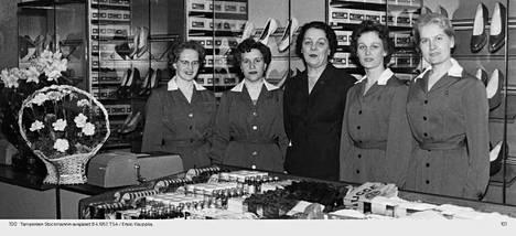 Ensio Kauppila kuvasi Stockmannin tavaratalon avajaiset 8. huhtikuuta vuonna 1957. Myyjättäret ovat pukeutuneet ja laittaneet kampauksensa viimeisen päälle. Kuva on Tampere-seuran kuva-arkistosta.