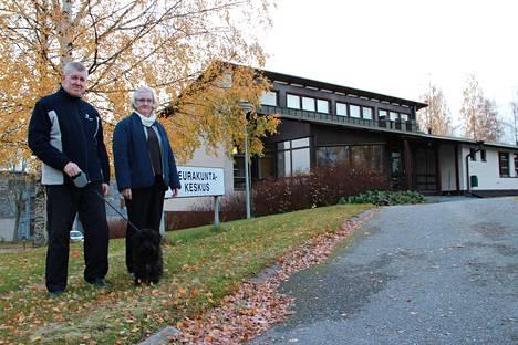 Kirkkoherra Markku Järviö ja talouspäällikkö Soili Karilainen saivat väistötilat seurakuntakeskuksen asunnosta, kun alakerran toimistotilat jätettiin sisäilmaongelmien vuoksi viime vuonna tyhjilleen.