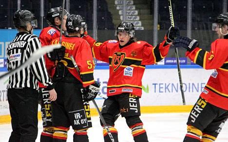 Kooveen Juuso Kööpikkä (oik.), Jerry Kotilahti ja Jimi Kaasinen viilettivät kimppahaliin Oskari Jäättelän (vas.) Ketterää vastaan tekemän 3–2-voittomaalin kunniaksi.