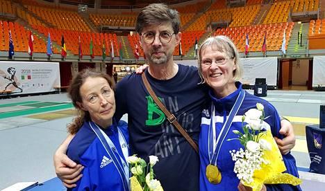 Kalpaveljien Johanna Nylund (vas.), valmentaja Ivan Blagoev sekä Ritva-Leena Lehtonen iloitsivat joukkuekilpailun MM-kullasta Italiassa.