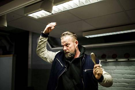 Teatteriharjoitusten jälkeen paluu siviiliin vaatii fiksausta. Juha Juntulla on harjoitusten välillä kolmen tunnin tauko.