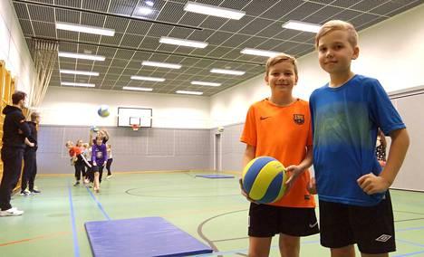Kuloisten koulun 5A-luokan oppilaat Louis Mertens (vas.) ja Aatu Suna kokivat, että ammattiurheilijoilta saa vielä parempia neuvoja kuin opettajilta.