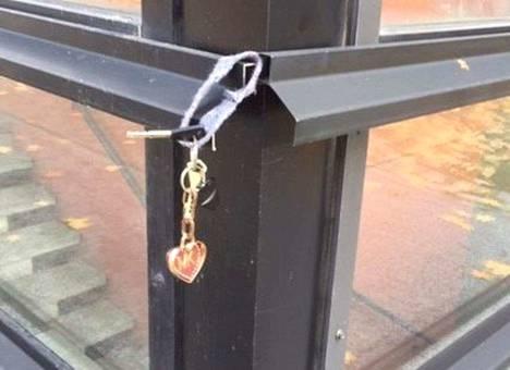 Hyvä ihminen nosti tämän pudonneen avaimen paremmin nähtäväksi.