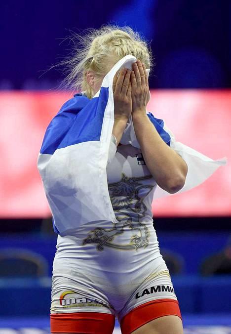 Petra Olli herkistyi, kun maailmanmestaruus varmistui.