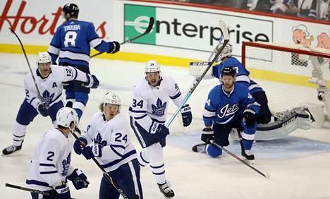 Maple Leafsin Kasperi Kapanen laukoi kauden viidennen maalinsa Toronton kukistaessa Winnipeg Jetsin. Kapasen kanssa juhlivat Patrick Marleau, Ron Hainsey ja Auston Matthews.