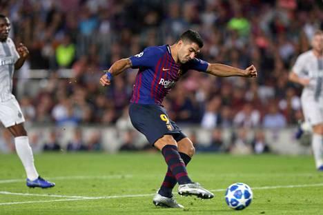 Luis Suarez oli Inter-pelin päällikkö. Barcelona kaatoi italialaisjoukkueen lukemin 2–0.
