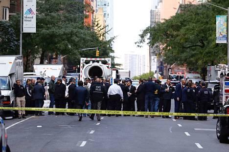 Poliisi sulki pääsyn Time Warner Center -rakennukseen pommiepäilyn vuoksi New Yorkissa keskiviikkona.