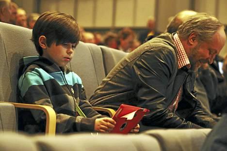 Poika ja isä. Markku Robert Sandell ja Markku Sandell seminaarissa, jossa puhuttiin yhteisöllisyydestä eli ihmisten toisia voimaannuttavasta vaikutuksesta.