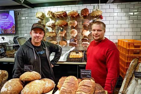 MBakeryn ja Makutuotteen leipomuksia myydään kauppahallissa, missä Makutuote on pitänyt myymälää jo 65 vuotta. Mikko Hietala (vas.) toivoo, että hallissa päästään järjestämään pienimuotoisia tapahtumia. Lauri Meriläinen johtaa tuotantoa Lielahdessa.