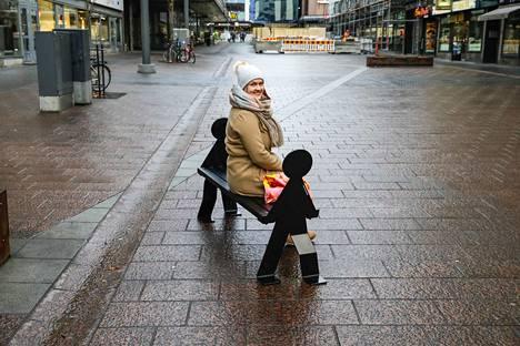 Eveliina Seppälä piti designpenkkiä hyvänä istua. Hän piti myös siitä, että se hauska, mutta ei outo.