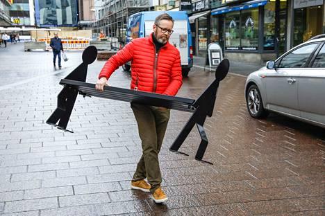 Risto Luoman firma valmistaa Eero Aarnion muotoilemaa Kävelevät metallimiehet -penkkiä. Se on kevyt kantaa, sillä se painaa 60 kiloa.