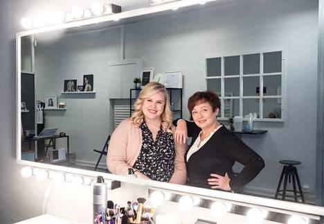Sari Launis (oik.) on suorittanut parturikampaajamestarin erikoisammattitutkinnon ja toimii kampauskouluttajana. Vilja Vuolteen ja yhtiökumppanin perustama Ripsibar työllistää yrittäjien itsensä lisäksi muita kauneudenhoitoalan ammattilaisia.