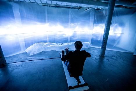 Eero Erkamon installaatioteos Merellä ilman aurinkoa (ylhäällä) on sijoitettu pimeään tilaan, jonka voi valaista vain soutamalla.