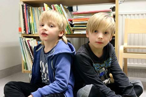 6-vuotiaat Onni ja Eetu Korpela vastailivat Jämsän Seudun haastatteluun Palomäen päiväkodissa.