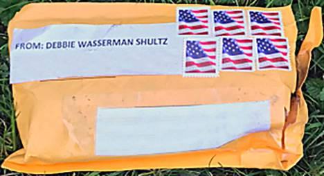 FBI:n antama kuva epäillyistä räjähdelähetyksistä. Ne on pakattu muovilla vuorattuun ruskeaan kirjekuoreen. Osoitelappu on tulostettu ja postimerkkejä on kuusi.