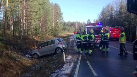 Jäätynyt tie aiheutti ikäviä yllätyksiä autoilijoille jo keskiviikkona Pirkanmaan pohjoisosissa. Tämä auto päätyi ojaan Kurun ja Parkanon välisellä tiellä.