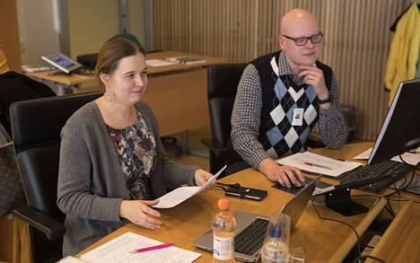 Apulaispormestari Johanna Loukaskorpi (sd.) avasi sivistys- ja kulttuurilautakunnan kokouksen, jonka asialistalla olivat muun muassa paljon puhuttaneet päiväkoti- ja kouluverkon muutokset. Kuvassa oikealla kokouksessa pöytäkirjaa pitävä Kalle Kaunisto.