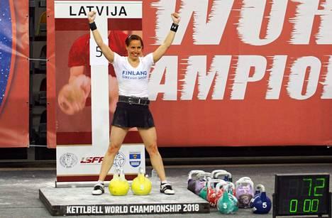 Riikka Viiala nosti Latvian MM-kisoissa myös kahden kuulan työnnön näytöslajina 16-kiloisilla järkäleillä uuden SE-tuloksen 72 toistoa.