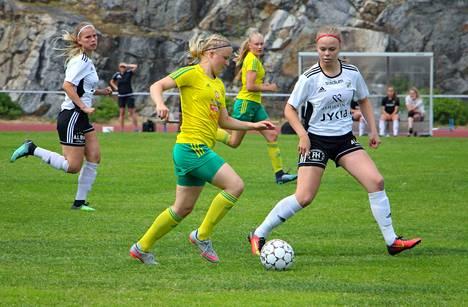 Jenni Kantanen (keskellä) on yksi MM-lopputurnaukseen matkaavista Ilves-pelaajista.