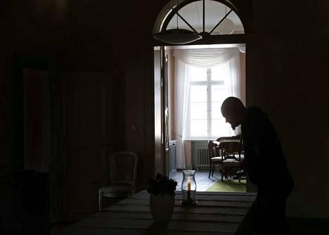 Tietokirjailija Mauri Karvonen ei pelkää kummituksia. –Pelko on tiedon puutetta, hän sanoo. –Mutta ei Vuojoen kartanon kuusikuja minulle mikään mieluisa piknikpaikka ole.